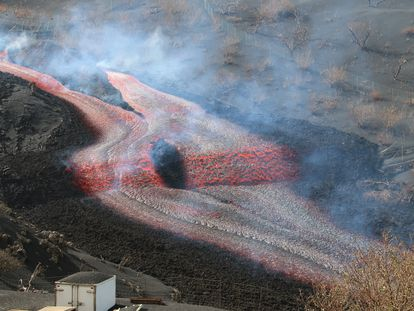 Nueva boca del volcán de La Palma, fotografiada hoy.