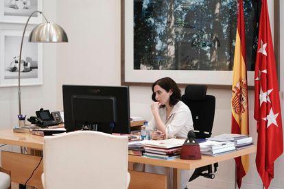 La presidenta de Madrid, Isabel Díaz Ayuso, durante la videoconferencia de dirigentes autonómicos con el presidente, Pedro Sánchez.