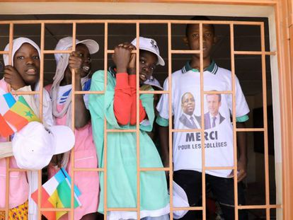 Un grupo de escolares saluda a los presidentes de Francia y de Senegal, Emmanuel Macron y Macky Sall, durante la inauguración de la Escuela Secundaria Bel-Air en Dakar el pasado 2 de febrero. Ambos lideran la recién finalizada conferencia internacional sobre Educación, celebrada en la capital senegalesa.