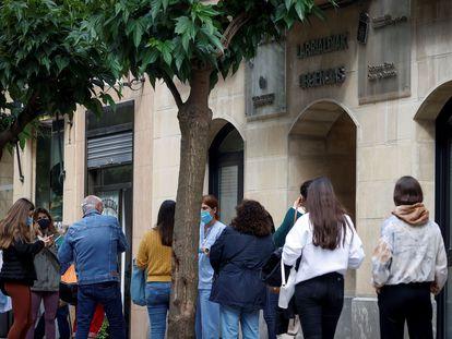 Varios jóvenes aguardan para someterse a un cribado en San Sebastián, el jueves.