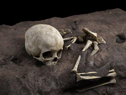Reconstrucción de la posición de los restos del niño Mtoto en el enterramiento.