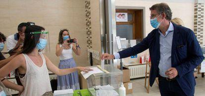 El actual presidente de la Xunta de Galicia y candidato por el Partido Popular, Alberto Núñez Feijóo, este domingo votando en un colegio electoral de Vigo.