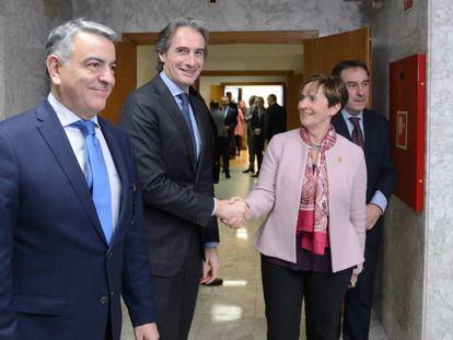 El ministro Ígo de la Serna y la consejera Arantza Tapia, junto al delegado del Gobierno Javier de Andrés, este martes en Vitoria.