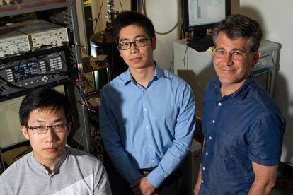 Los investigadores de la Universidad Rice Liyang Chen, Panpan Zhou y Doug Natelson (de izquierda a derecha), coautores del estudio