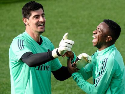 Courtois bromea con Vinicius en el entrenamiento del martes en Valdebebas.