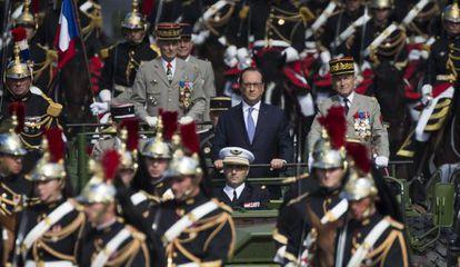 El presidente francés, François Hollande, durante el desfile militar del Día de la Bastilla, este martes en París.