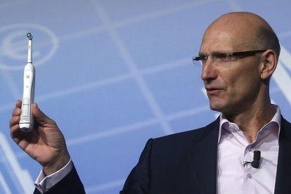 El consejero delegado de Deutsche Telekom, Timotheus Hottges, un cepillo dental inteligente.