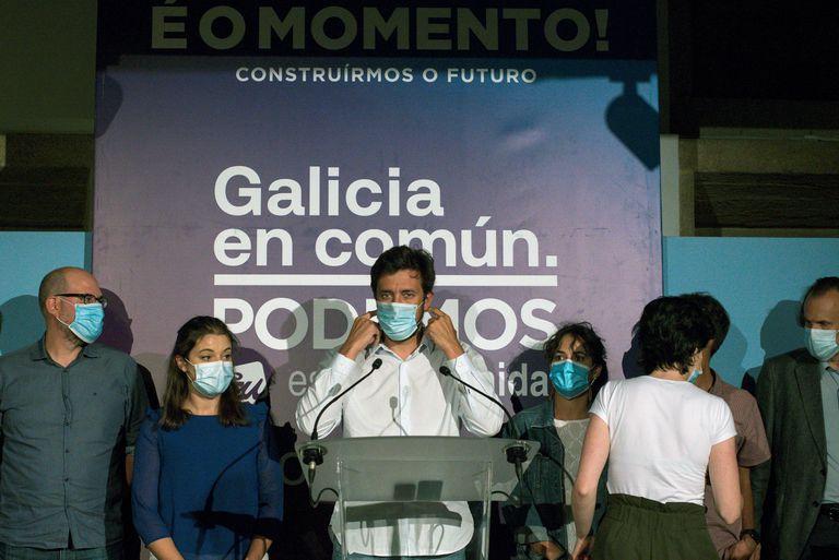 Antón Gómez Reino, junto a otros miembros de la formación, tras conocer el resultado en las elecciones gallegas el domingo en la sede de la coalición en Santiago de Compostela.