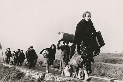 Refugiados de la Guerra Civil española caminando hacia la frontera francesa.