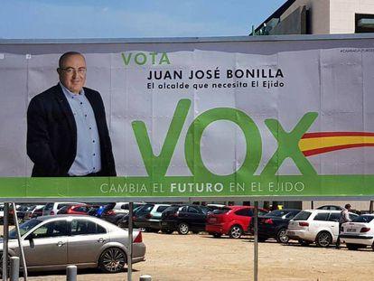 Cartel de campaña de Vox en las últimas elecciones municipales en El Ejido (Almería). En vídeo, declaraciones de Francisco Góngora, alcalde de El Ejido.