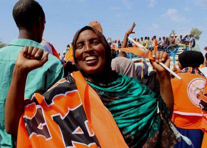 Una mujer se manifiesta en apoyo del partido Waddani.