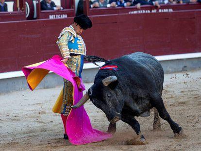 Cristian Escribano inicia una media verónica al toro 'Carasucia'.