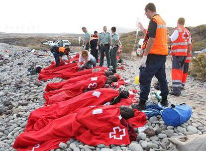 Miembros de la Cruz Roja, de la Guardia Civil y de Salvamento Marítimo atienden a varios de los inmigrantes subsaharianos que llegaron a bordo de un cayuco a Tenerife el pasado 27 de mayo.