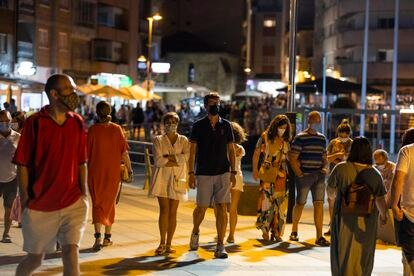 Varias personas pasean en Sansenxo el 16 de julio.