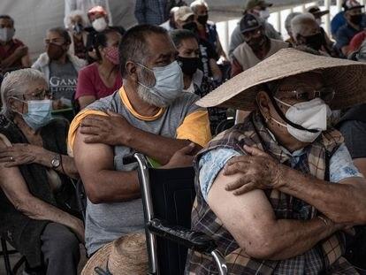 Mayores de 60 años reciben la vacuna Sinovac en Ecatepec, Estado de México, el 31 de Marzo del 2021.