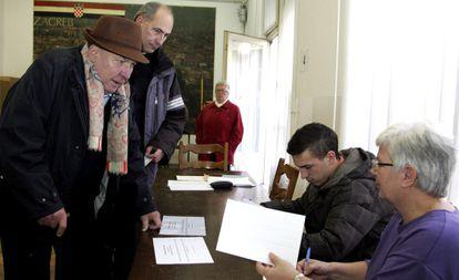 Un hombre participa en el referéndum croata.