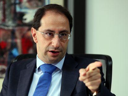FotografÍa del 26 de octubre de 2018 de el nuevo ministro de Hacienda de Colombia, José Manuel Restrepo, durante una entrevista  en Bogotá.