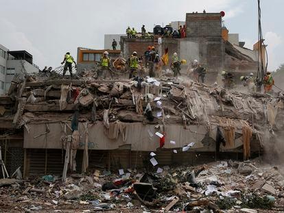 Trabajadores sobre los escombros de un edificio que colapsó en el terremoto del 19 de septiembre del 2017 en Ciudad de México.