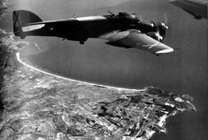 Un bombardero Savoia S-79 del 27 Grup Legionario italiano sobrevuela Salou.