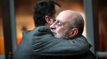 El director del Muvim, Romà de la Calle, recibe el apoyo del subdirector, Francisco Molina, tras anunciar su dimisión.