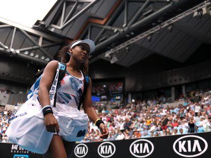 Osaka accede a la pista en un partido en Melbourne, el pasado mes de enero durante el Open de Australia. / HANNAH MCKAY (REUTERS)