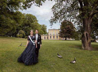 Victoria y Daniel de Suecia, en un retrato realizado en junio de 2020 con motivo de su 10º aniversario de boda.