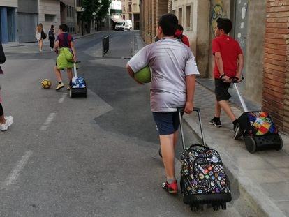 Un grupo de escolares de Huesca, de camino al colegio, el pasado junio.