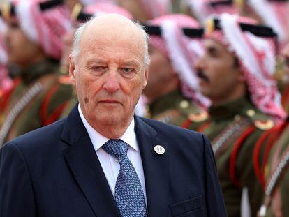 Harald de Noruega pasa visita a las tropas en Amán, Jordania, el 2 de marzo de 2020.