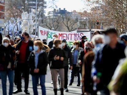 Varias personas durante la manifestación en defensa de la continuación de EVA en el antiguo mercado de frutas y verduras de Legazpi, en Madrid.