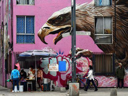 Personas transitan por una calle de Ciudad de México.