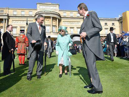 La reina Isabel II, durante un acto en los jardines de Buckingham, en 2018.