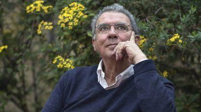 El escritor colombiano Darío Jaramillo en la sede de la editorial Pre-Textos, en Valencia.