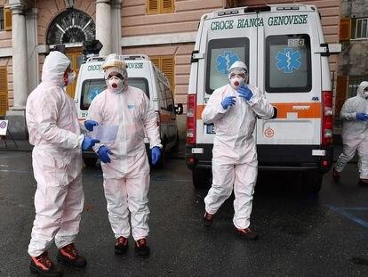 Trabajadores sanitarios se disponen a recoger a pacientes sospechosos de estar contagiados de coronavirus en Génova.