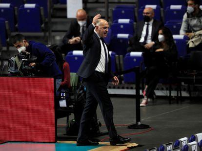 Pablo Laso abandona la cancha tras ser expulsado en el Madrid-Efes.