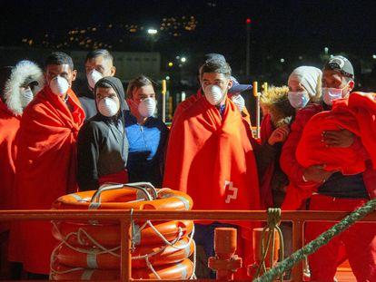 Inmigrantes de origen argelino rescatados por Salvamento Marítimo, a su llegada al puerto de Motril (Granada), el pasado mayo.
