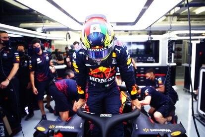 El piloto mexicano Checo Pérez, durante la pretemporada con Red Bull. El casco que utilizará este año está modificado con una bandera mexicana.