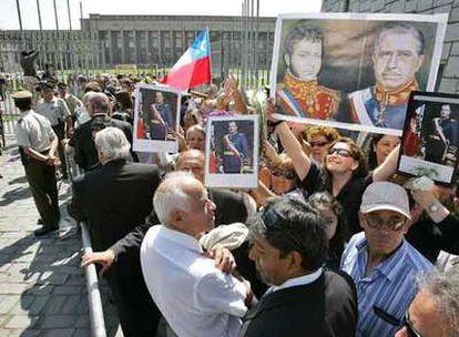 Varios seguidores de Augusto Pinochet aguardan ante la Escuela Militar para rendir homenaje al dictador, ayer en  Santiago.