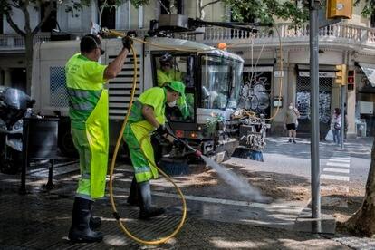 Operarios del Ayuntamiento de Barcelona limpiando la ciudad.