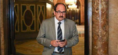 Xavier Crespo, en los pasillos del Parlament antes de comparecer en la comisión que investiga los escándalos en sanidad.