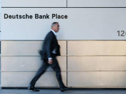 Un hombre camina junto a las oficinas de Deutsche Bank en Sidney (Australia).