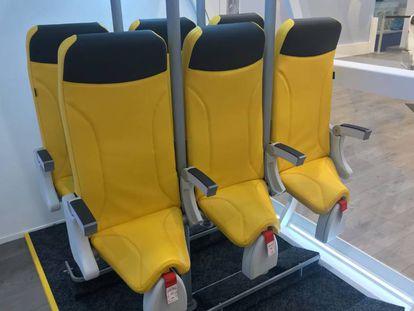 Los asientos para líneas 'low cost' presentados por la firma italiana Aviointeriors y que harían que los pasajeros volasen prácticamente de pie.