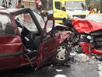 Accidente en el que fallecieron dos personas este sábado en Ames, en una imagen facilitada por la Guardia Civil.