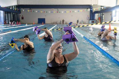 El grupo de personas mayores del Polideportivo La Mina (Carabanchel) practican aquagym