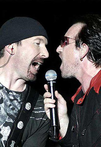 The Edge y Bono, durante la actuación de anoche.
