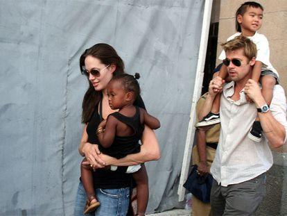 Angelina Jolie y Brad Pitt con dos de sus hijos, Zahara y Maddox, en Bombai en 2006.