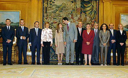 El Príncipe y Letizia Ortiz, con los integrantes de la comisión que coordina los preparativos de su boda, en La Zarzuela.