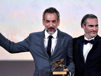 Joaquin Phoenix (derecha) y Todd Phillips, con el León de Oro por 'Joker'.