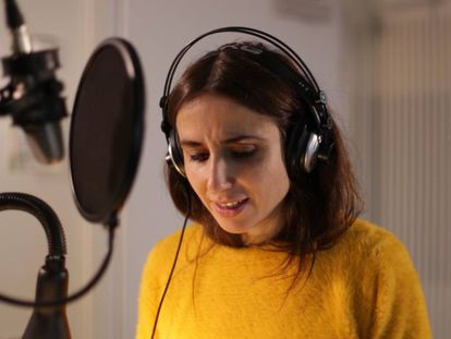 La cantante Zahara, que da voz a la historia de Freddie Mercury, durante la grabación del podcast.