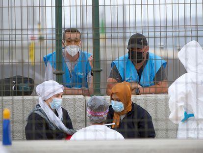 Agentes de Frontex observan a dos migrantes en Puerto del Rosario (Fuerteventura) el 28 de mayo.