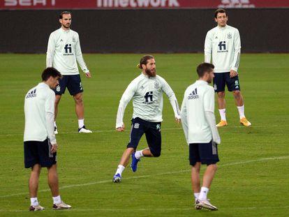 Sergio Ramos durante la sesión de entrenamiento en La Cartuja este martes.